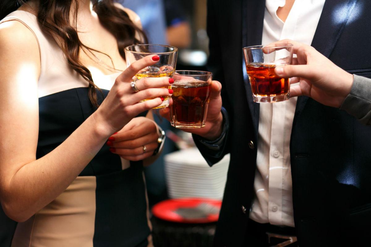beber whisky hábitos de soltero pareja bebiendo
