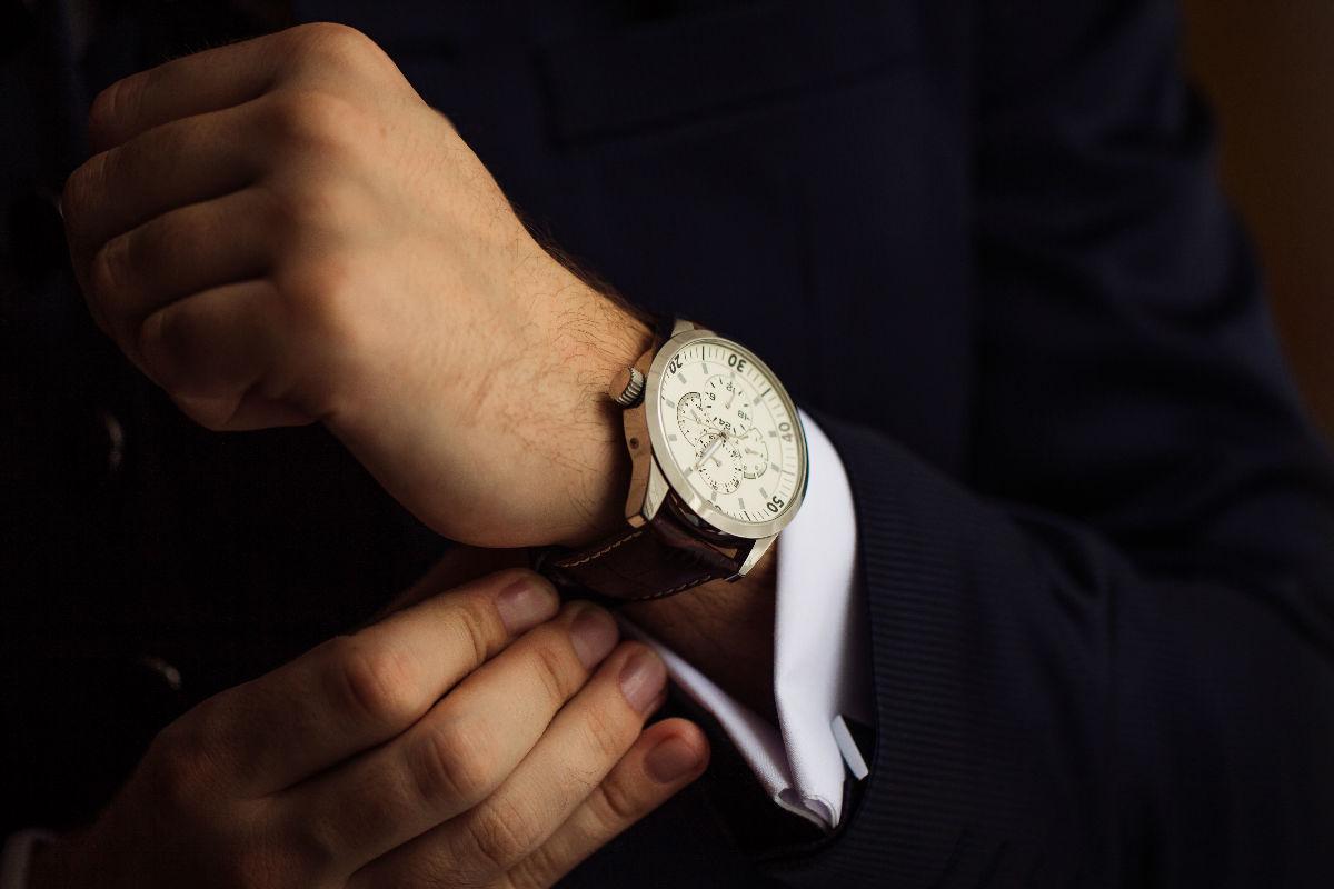 reloj manos hombre