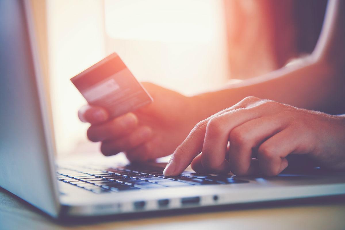 tarjeta computadora finanzas en control gastos silenciosos orden gastos innecesarios apariencia