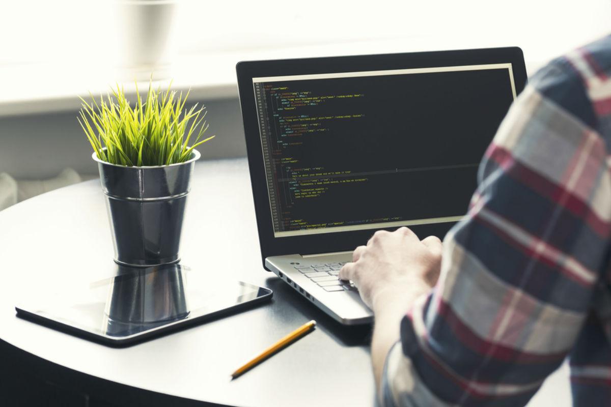 hombre computadora programador software trabajo maceta home office más productivo home office trabajando
