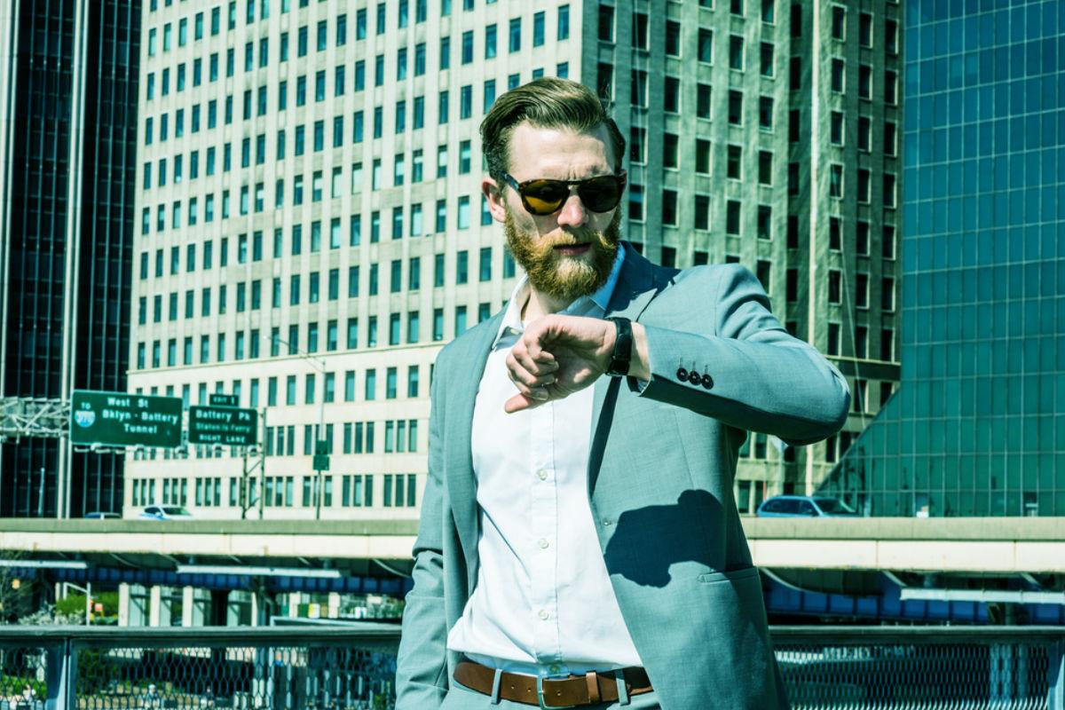 hombre ejecutivo ciudad barba lentes oscuros reloj
