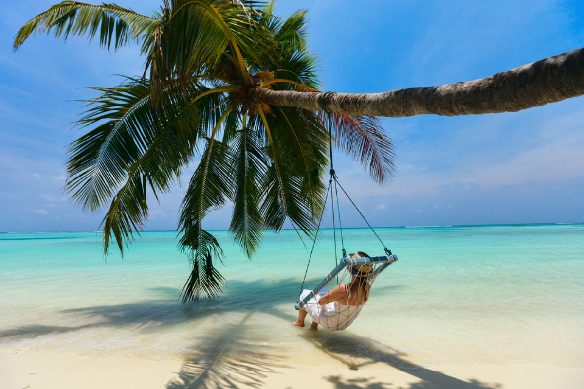 islas maldivas columpio lujo playa hotel palmera relajacion