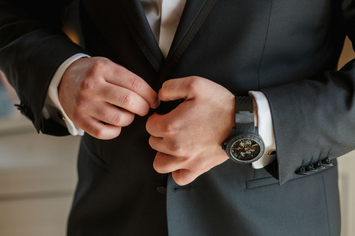 manos hombre saco traje elegante