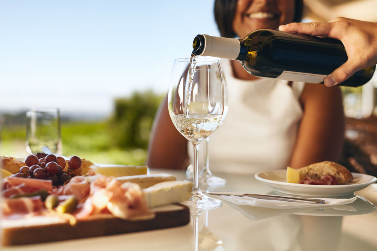 vino vinedo botella blanco uvas festival