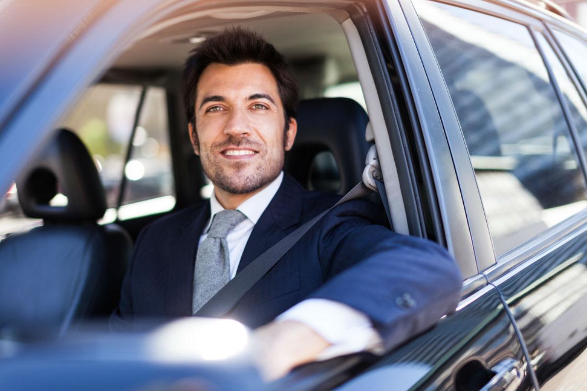 hombre carro automovil ejecutivo