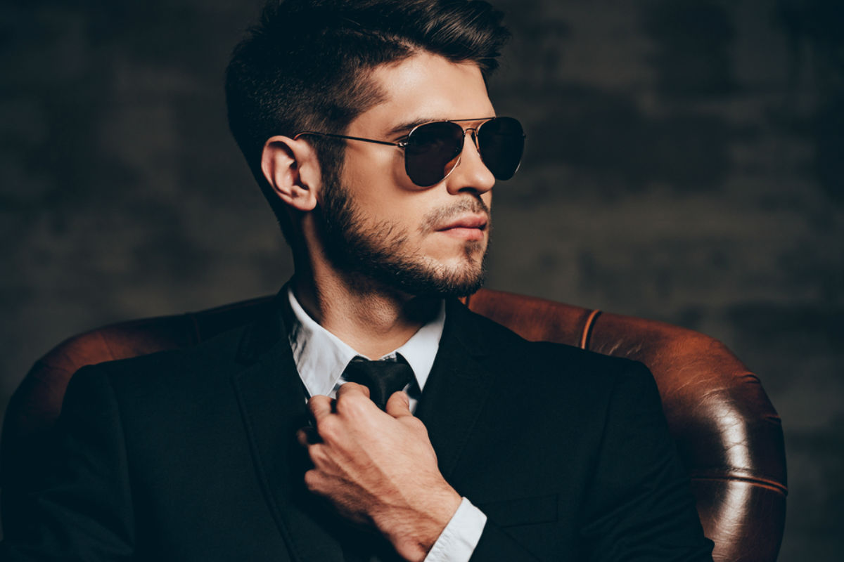 hombre exitoso-tecnología-black-mirror-gafas hombre elegante-hábitos que distinguen seguro de sí mismo manipular manipuladora