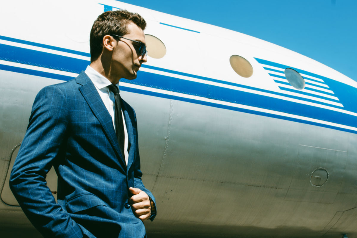 hombre traje avion vuelo viaje aeropuerto