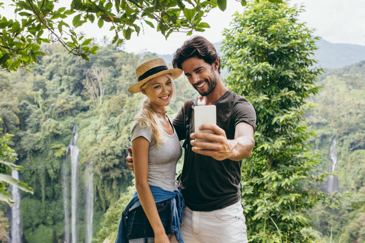 pareja celular selfie selva vacaciones
