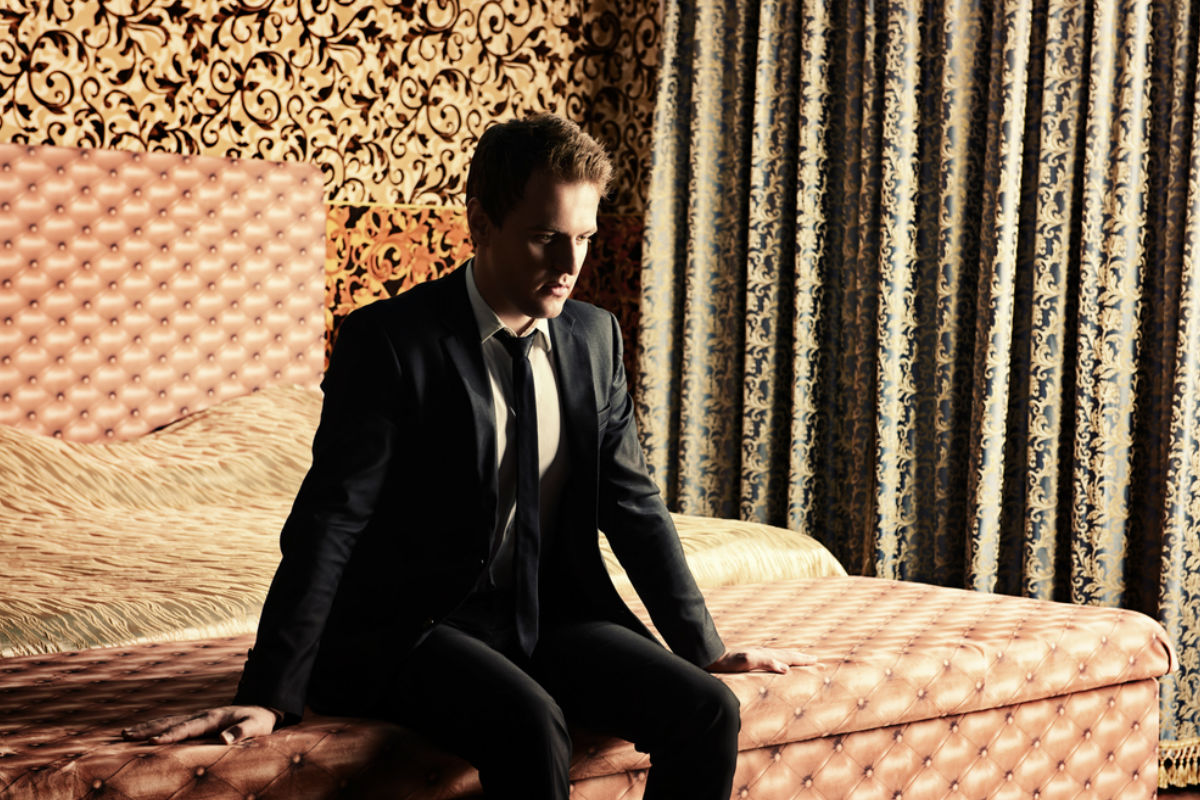 hombre caos confundido cama hotel dorado