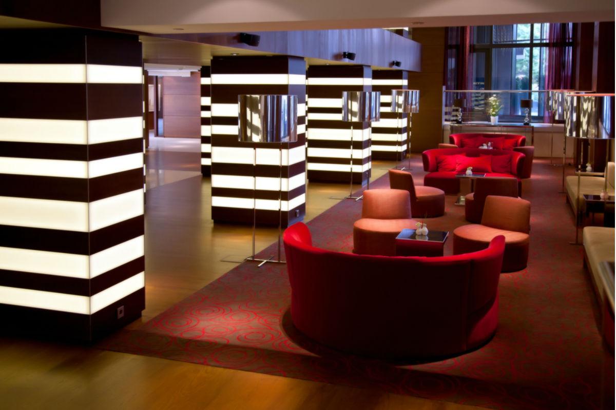hotel blanco y negro lobby
