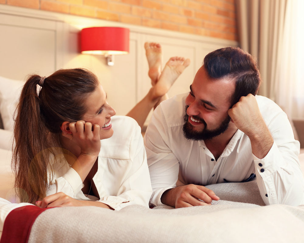 pareja cama-feliz-hombre-mujer evitar la rutina está comprometida etapas en la cama fingen