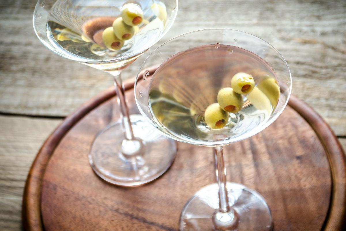 Reembolso Comerciante Político  Receta del Martini 50/50, el trago más popular del momento