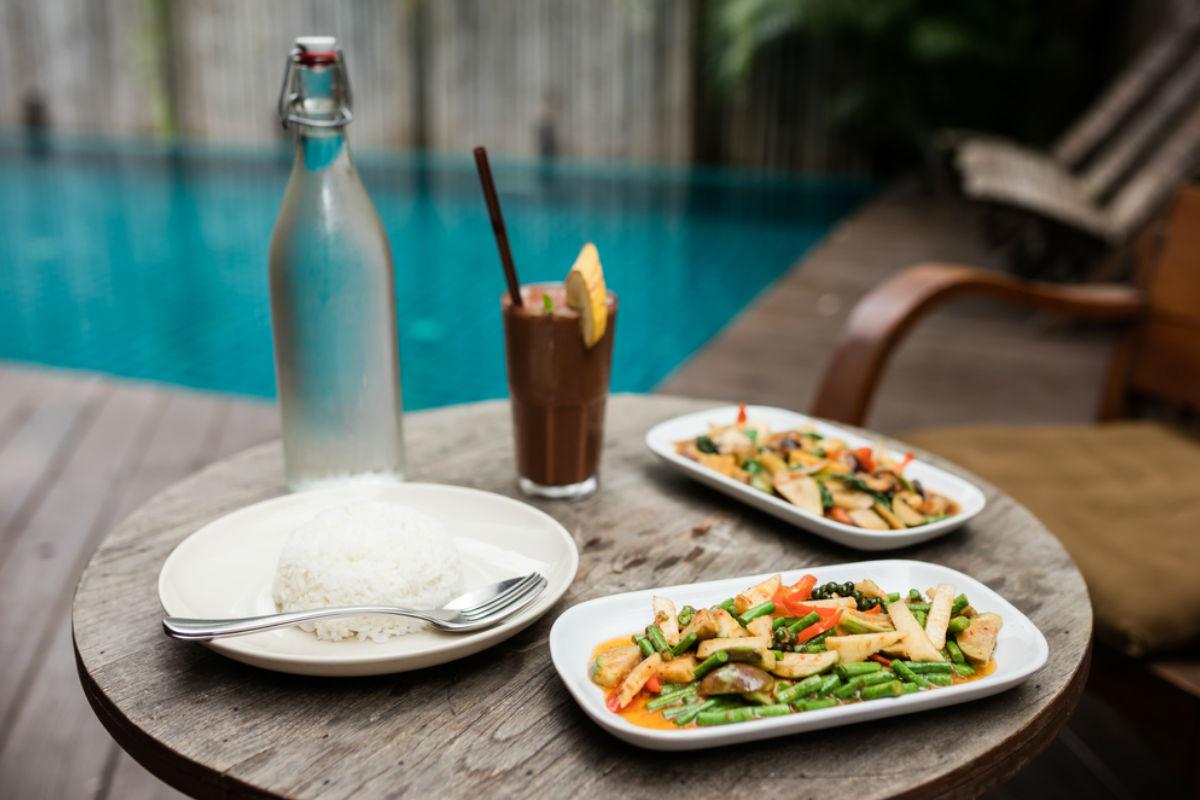 cena piscina comida alberca