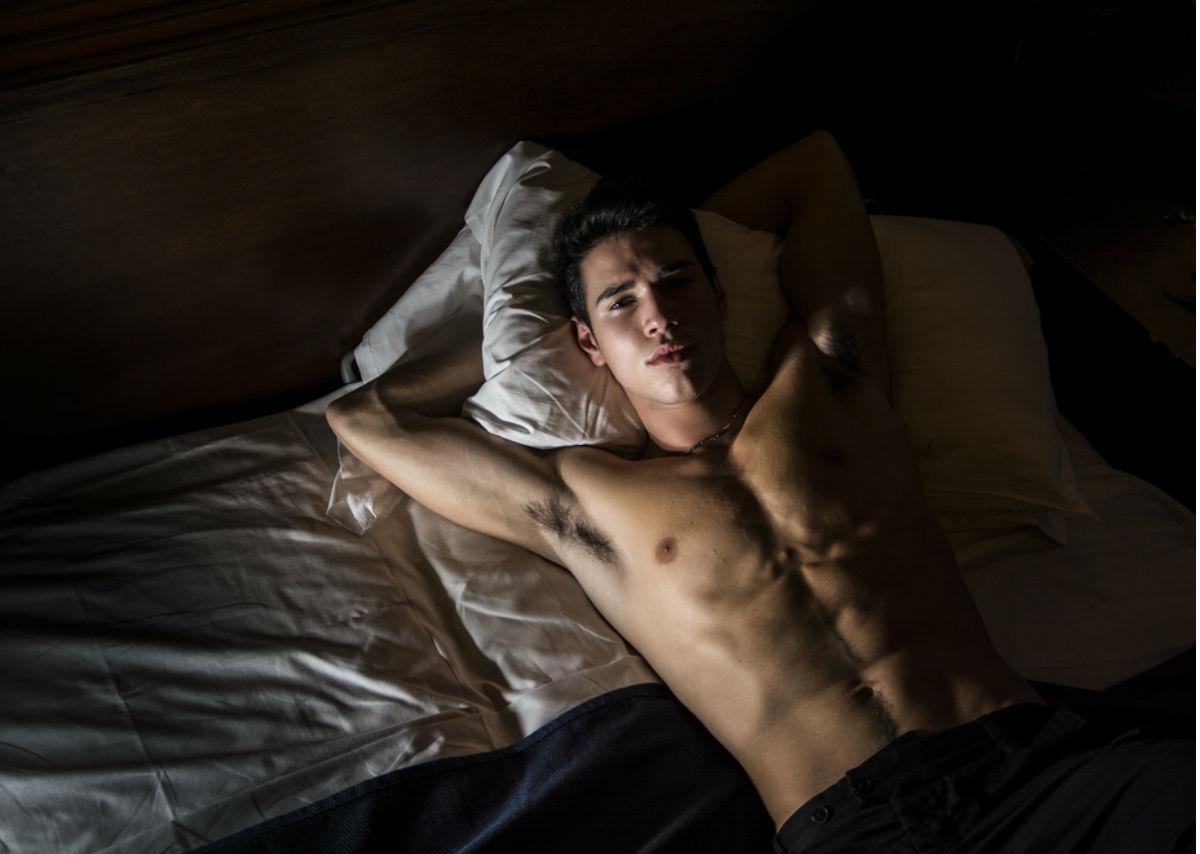 hombre cama abdomen-pensar-demasiado por la mañana no dormir bien autocomplacerte