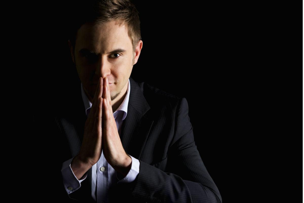 hombre negocios reflexion manos tocarte la cara te ame vales