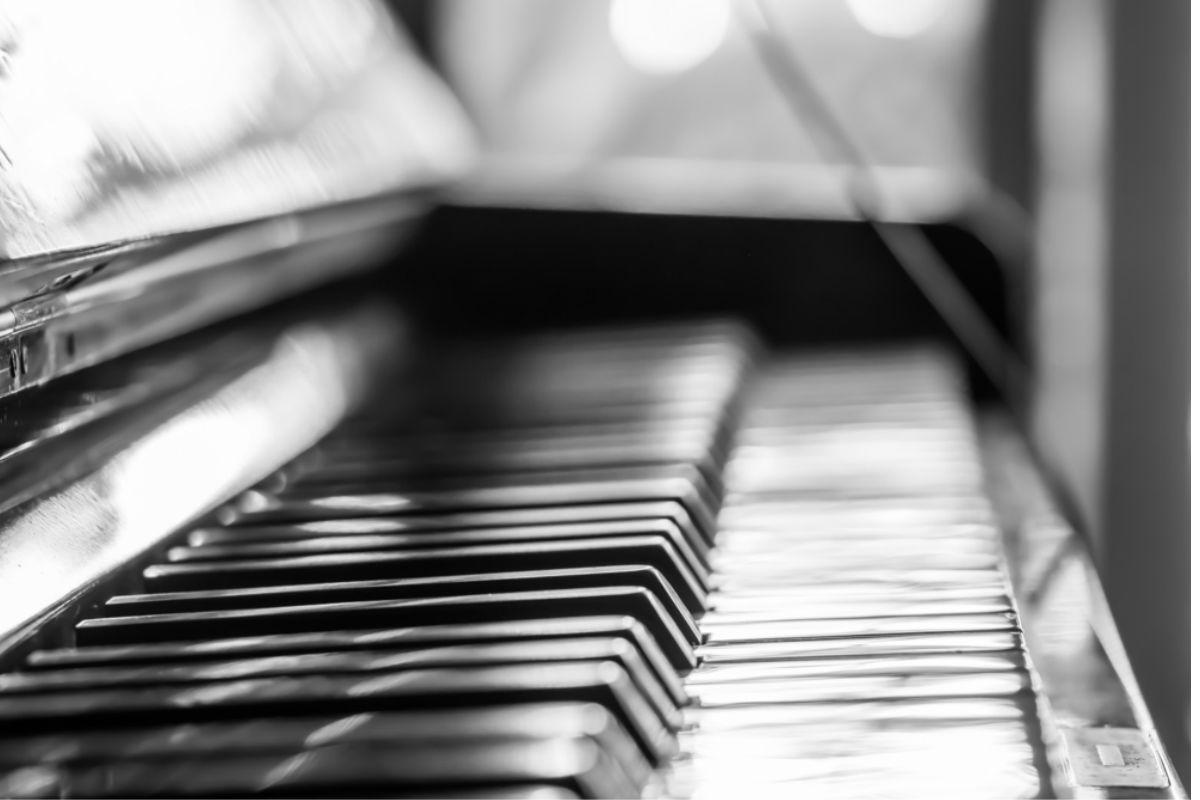 The piano house un edificio con forma de piano y viol n - Blanco y negro ...
