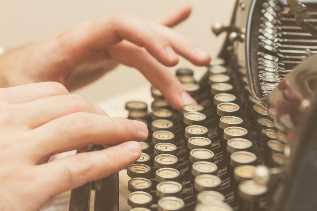 dedos maquina de escribir teclado vintage