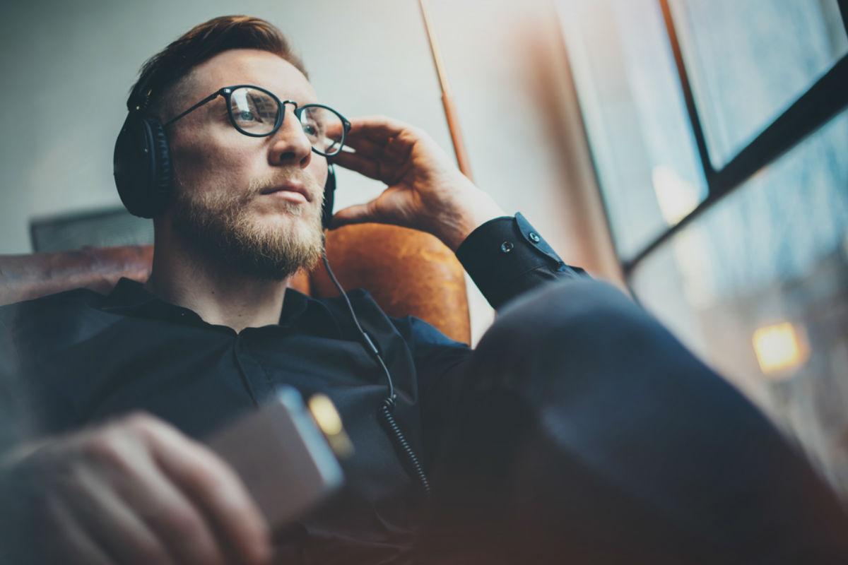 hombre lentes audifonos celular