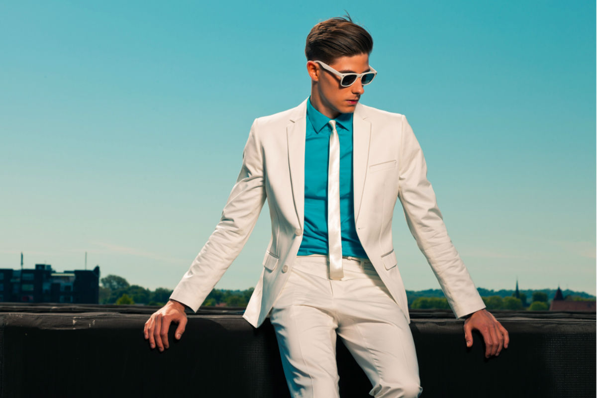 hombre traje blanco lentes camisa verde agua azul joven