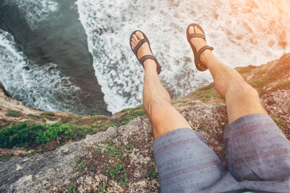 sandalias mar short vacaciones playa acantilado piernas parte de tu cuerpo