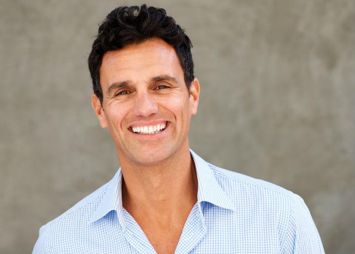Hombre saludable-menos atractivo sonrisa falsa