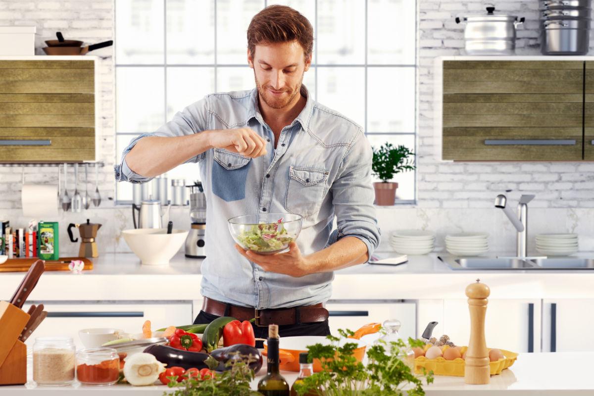 platillos-hombre-preparar-cocina