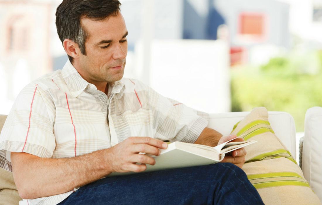 Hombre leyendo-emocionalmente inmadura salud mental