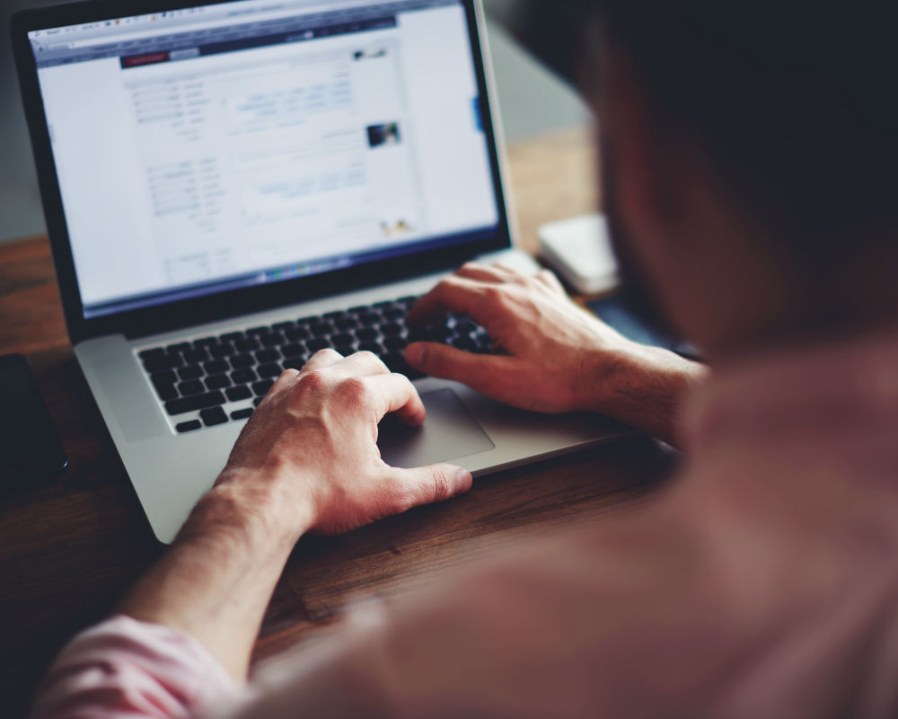 datos-evitar-compartir-facebook-compañero de trabajo-publicaciones de pareja muestran