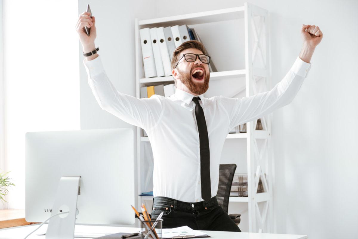 hábitos-recargar-felicidad hombre feliz éxito