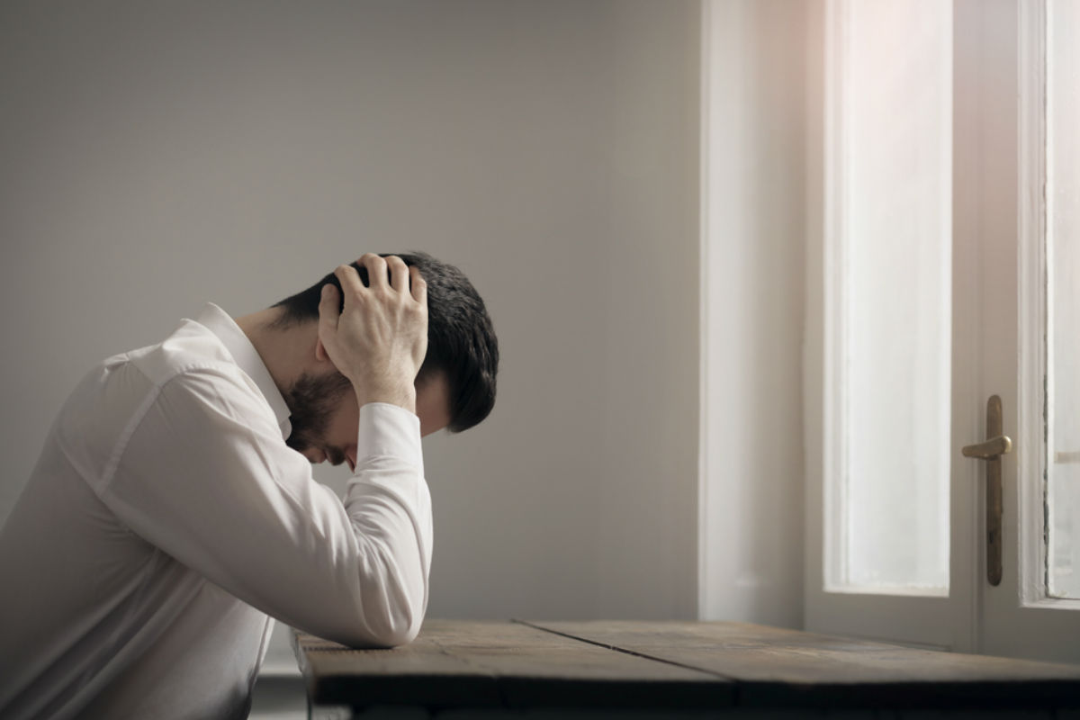 cosas-vida-estancada-hombre-cabeza-triste coeficiente intelectual ser más eficiente inteligencia emocional riendas