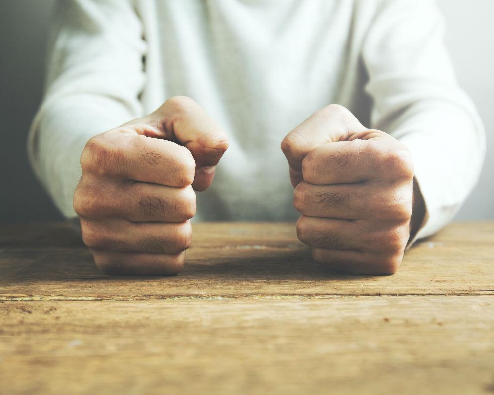 puños manos enojado saboteando