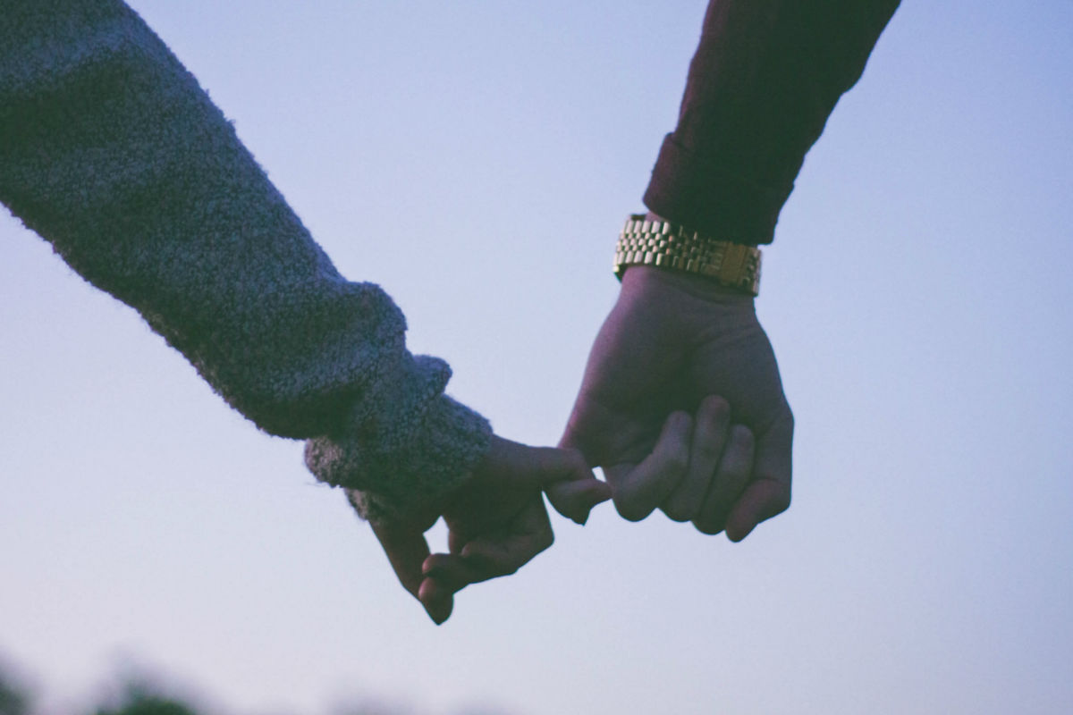 como-dejar-ser-celoso-pareja-manos