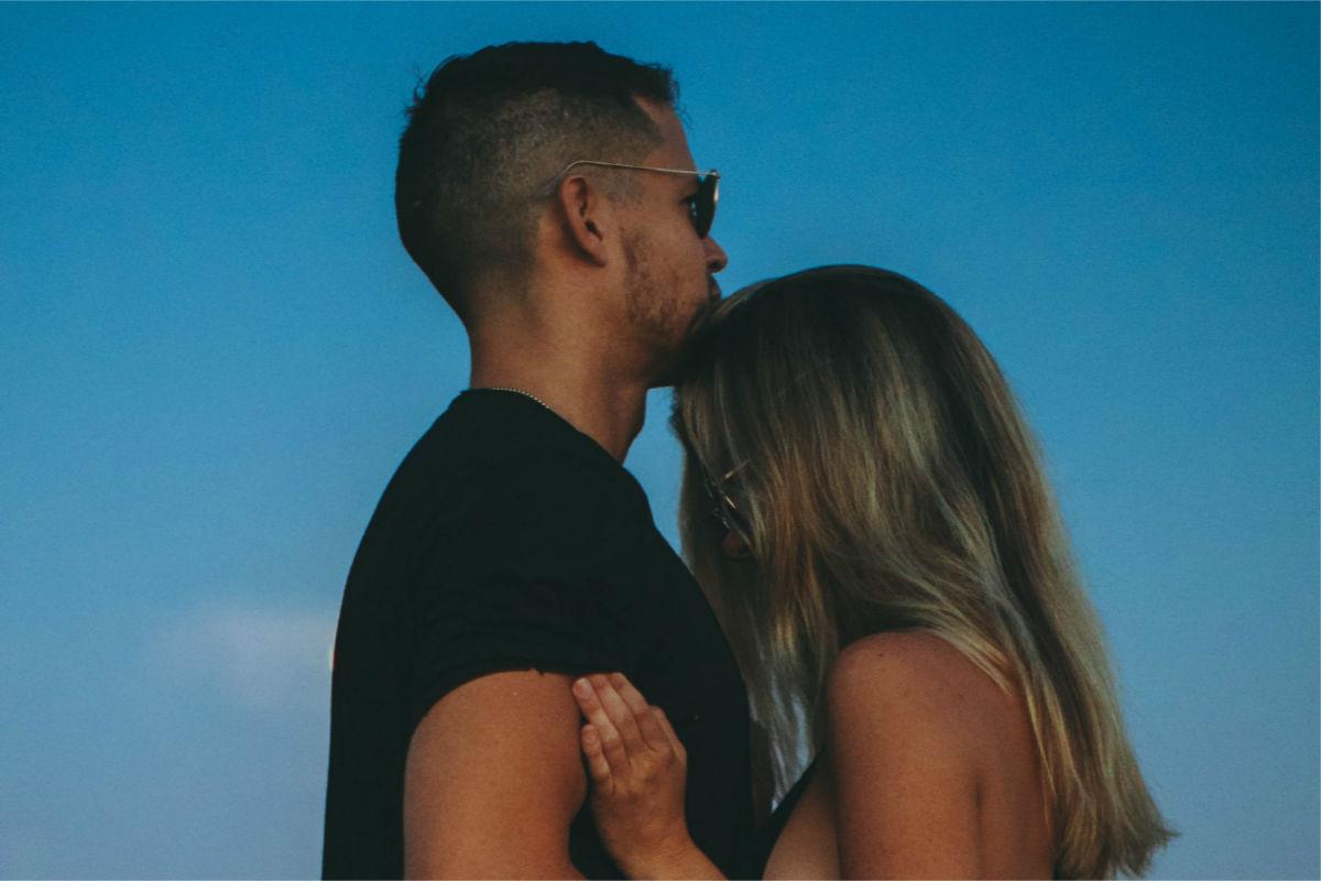 precauciones-pareja-beso-besar-otra-mujer- hombres mienten