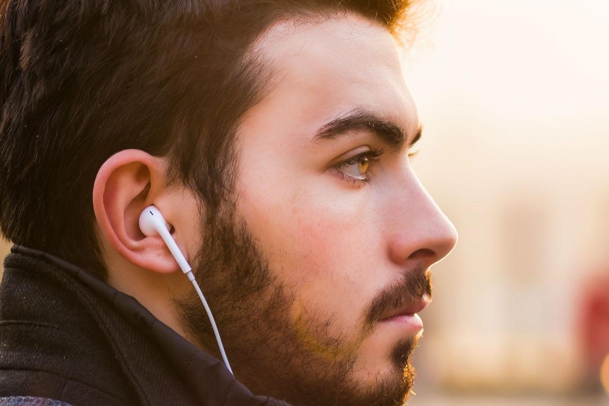 culpa-emociones-bigote-barba-audifonos