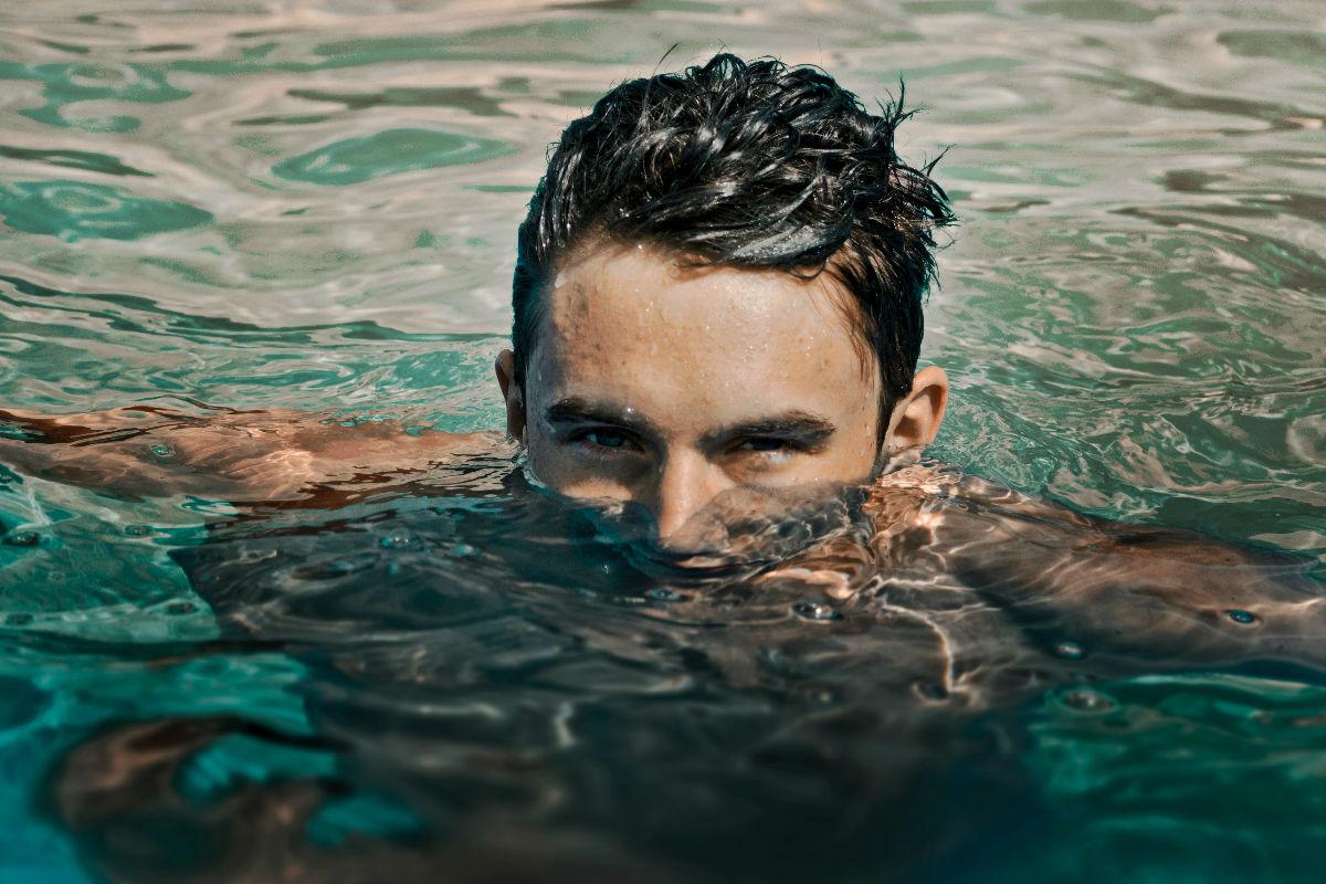 gorditos-mejores-agua-alberca-ojos- hombre genuino