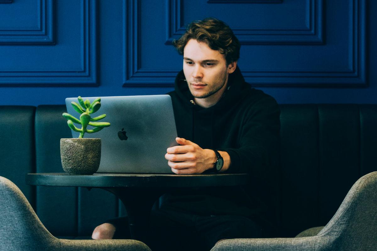 lecciones-cuarentena-compu-laptop-reloj-negro-azul tonos en negro