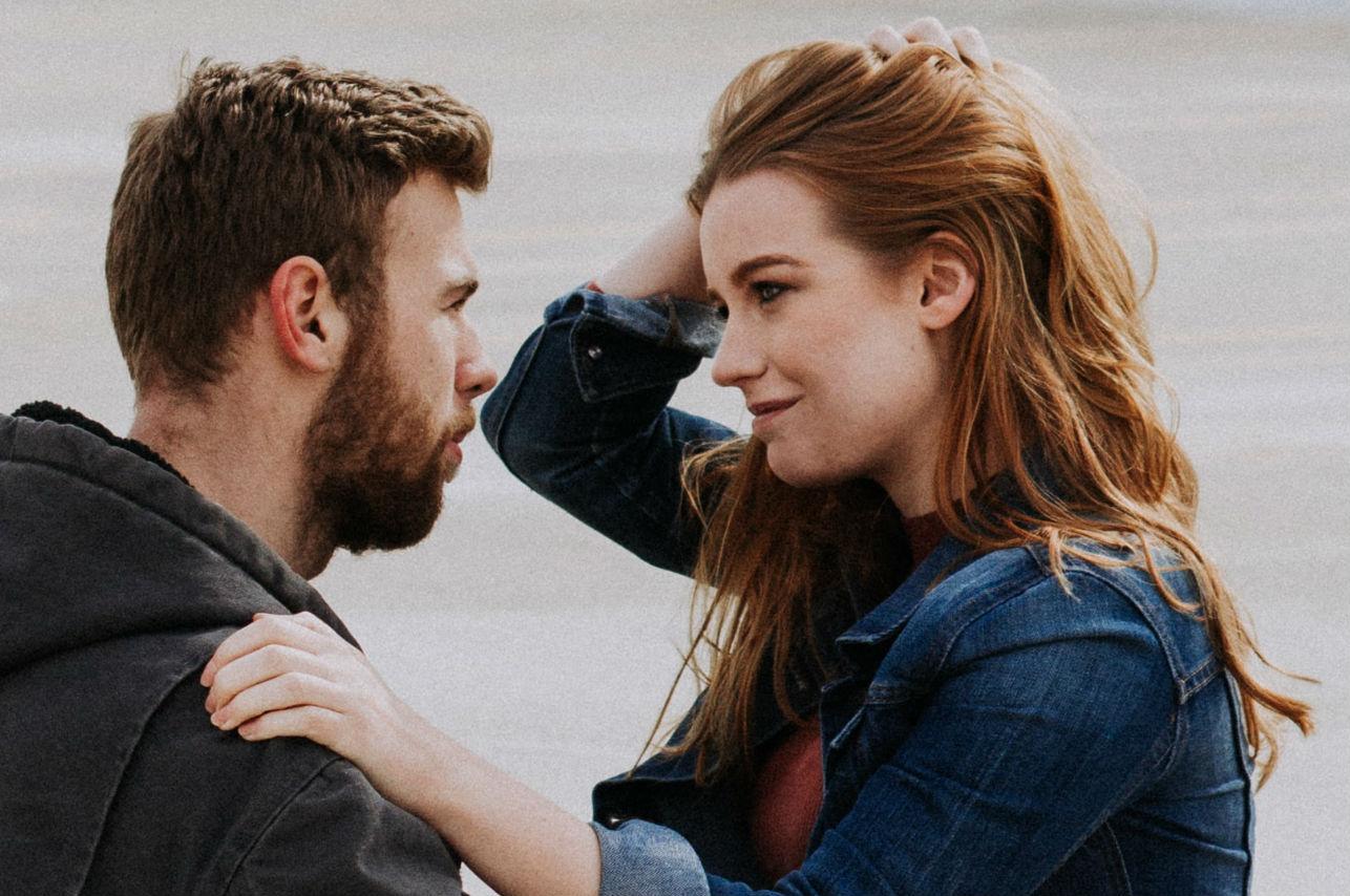 tickling-tickle-cosquillas-amor ver a tu ex complacer sigue siendo infiel no está enamorada
