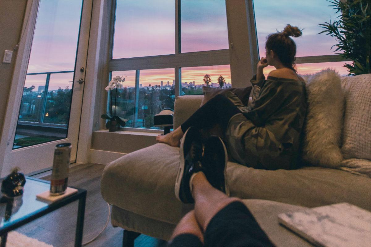 vivir-juntos-pareja-sala-ventana-arrepienta debes evitar